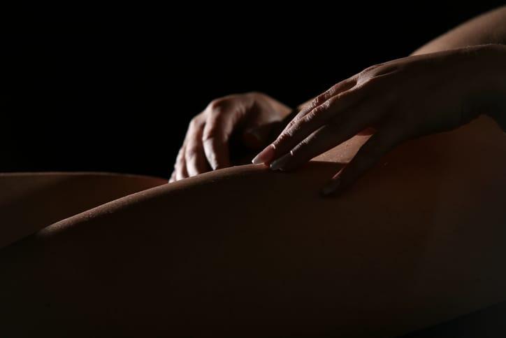 Femme se donnant du plaisir solitaire